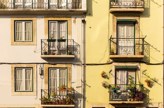 Mur de bâtiment avec fenêtres et balcons