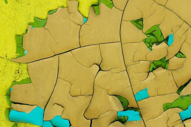 Mur de béton avec peinture jaune dans les fissures. arrière-plan pour la conception. texture grunge. photo de haute qualité