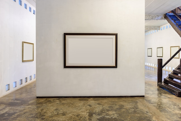 Mur blanc avec cadre photo moderne