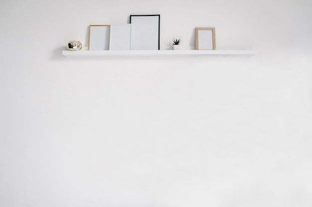 Mur blanc avec cadres. fond pour le texte, la conception et la publicité. place pour la photo.