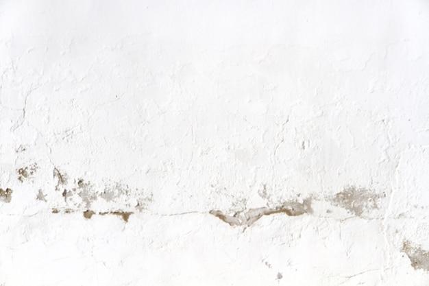 Mur blanc avec celui qui est brisé au milieu