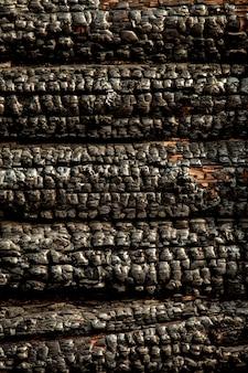 Mur de bois carbonisé noir brûlé. texture grungy