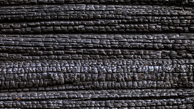 Mur en bois carbonisé noir brûlé