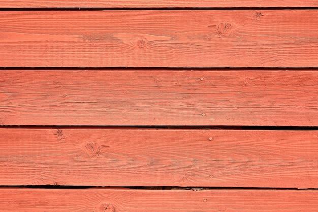 Mur en bois coloré de couleur rouge vif.
