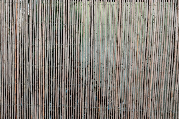 Mur en bois vieilli avec des brindilles