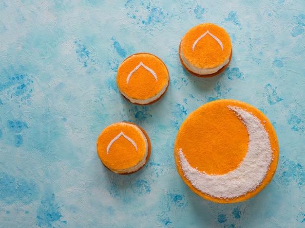 Mur de bonbons du ramadan. délicieux gâteau doré fait maison avec un croissant de lune
