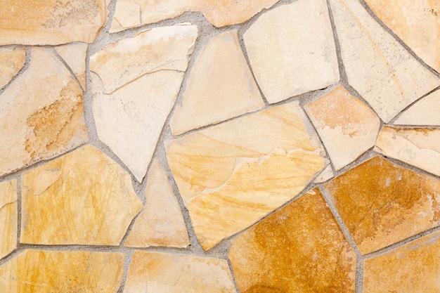 Mur bordé de pierres de porphyre