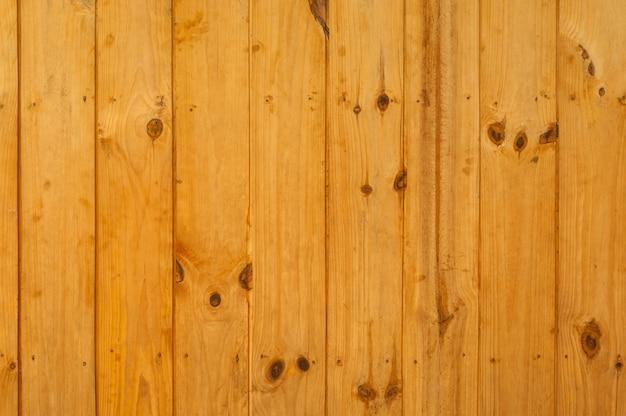 Mur bordé de planches de bois