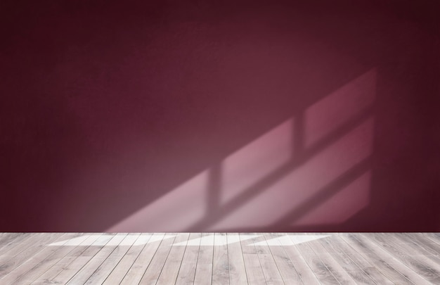 Mur de bourgogne rouge dans une salle vide avec un plancher en bois