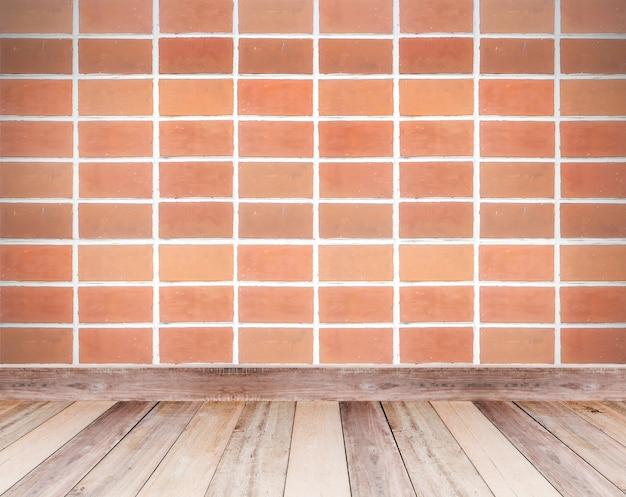 Mur de brique marron et carrelage en bois