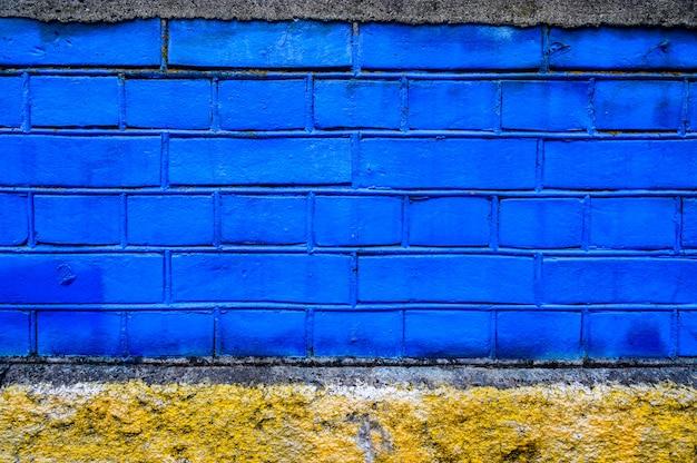 Mur de brique peint en couleur