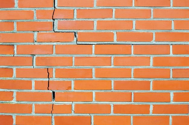Mur de brique rouge fissuré. fermer. espace de copie.