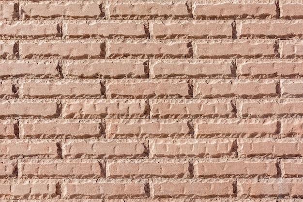 Un mur de briques d'un bâtiment public. la maçonnerie est en brique rouge.