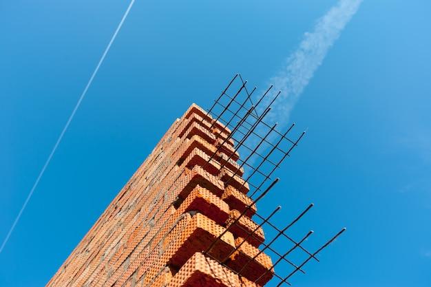 Mur de briques blanches contre le ciel bleu