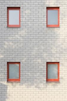 Mur de briques blanches avec fenêtres