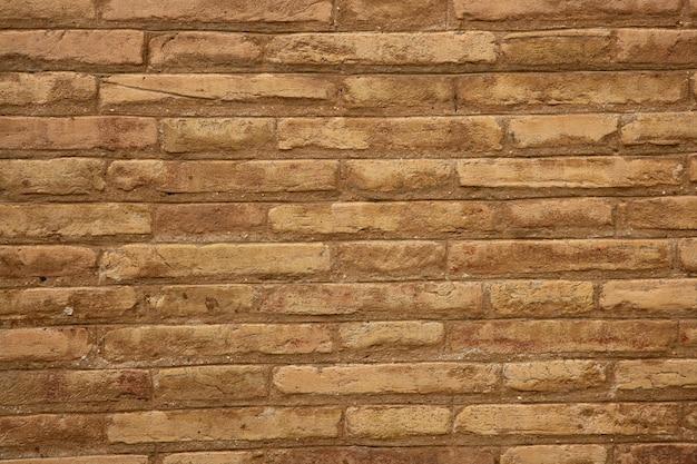 Mur de briques brunes sur fond de couleur beige crème