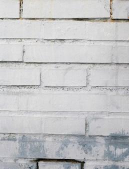 Mur de briques brutes peintes