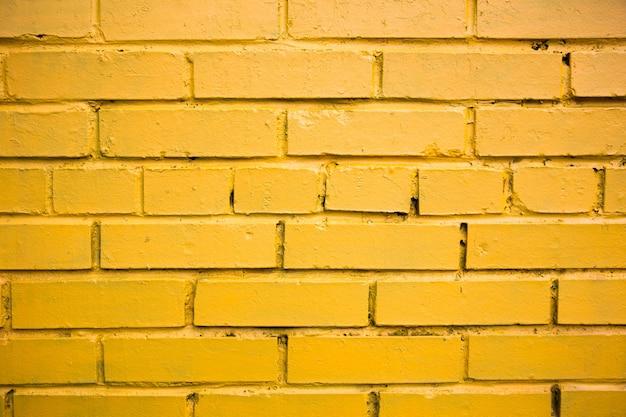 Mur de briques colorées peintes en jaune