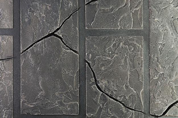 Mur de briques avec des fissures