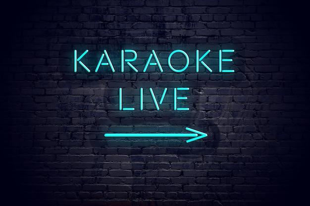 Mur de briques avec flèche au néon et signe karaoké en direct.