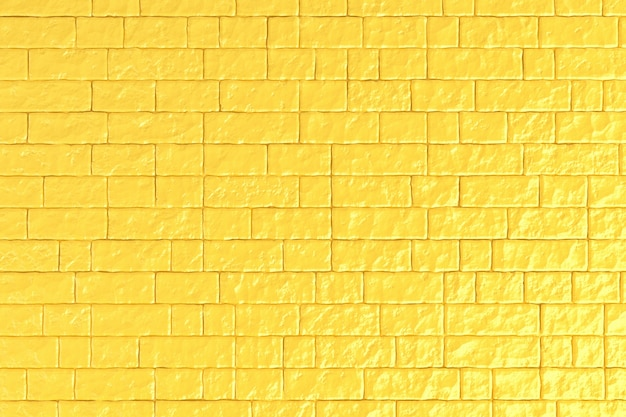 Un mur de briques jaunes.