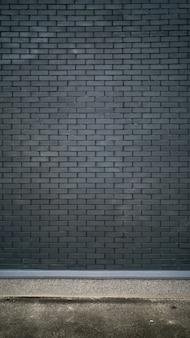 Mur de briques noires et sol en béton
