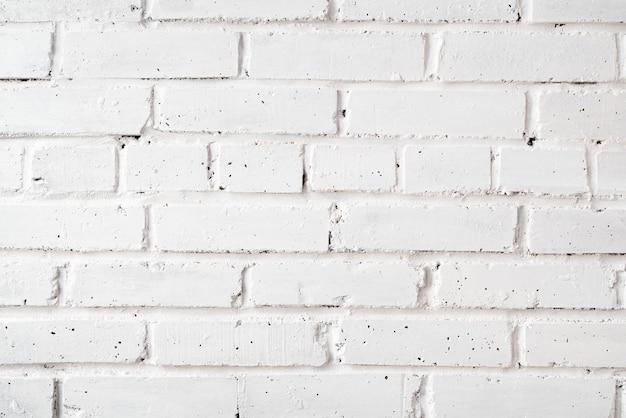 Mur de briques peint avec de la peinture blanche