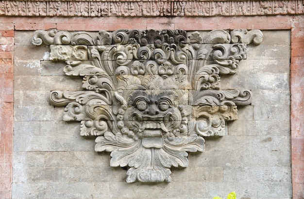 Mur de briques avec pierre taillée
