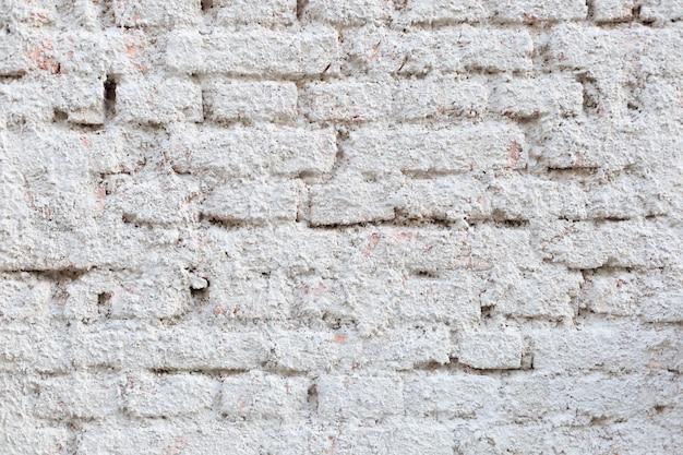 Mur de briques plâtrées blanches.