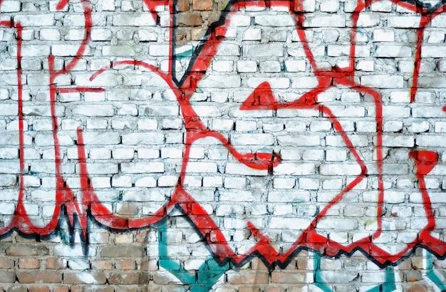 Mur de briques public avec une partie de graffity illégale