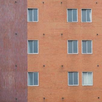 Mur de briques rouges avec cadre de fenêtre classique