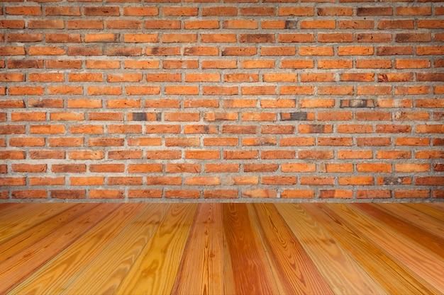Mur de briques vide avec intérieur de salle de plancher en bois