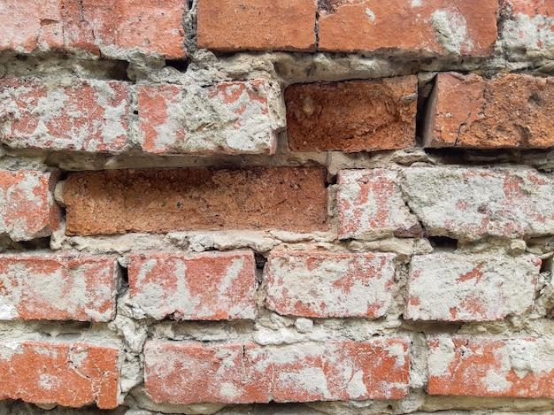 Mur de briques sur une vieille maison en ruine