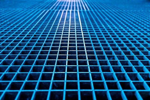 Mur carré géométrique en métal brut.