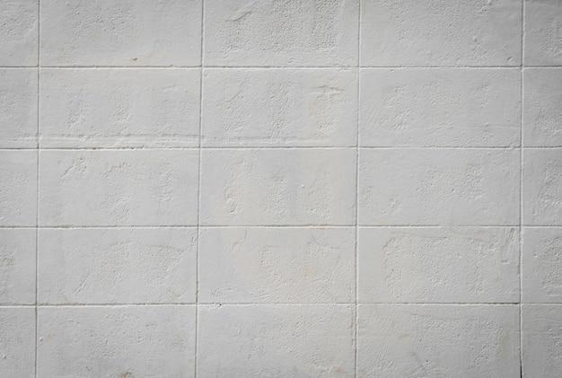 Mur avec des carreaux blancs