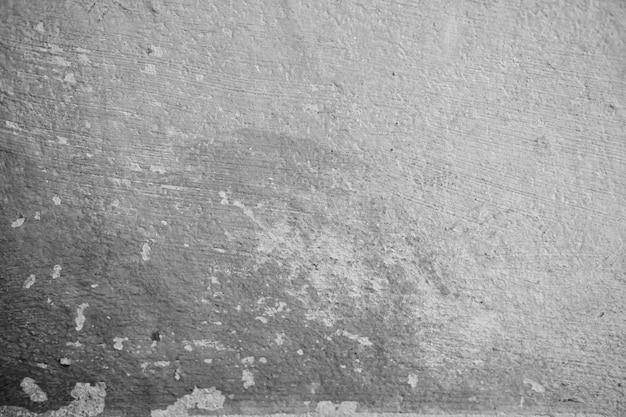 Mur de ciment blanc, peinture pelée causée par l'eau et le soleil. peler le mur de peinture de maison blanche avec une tache noire. noir et blanc de fond de texture.