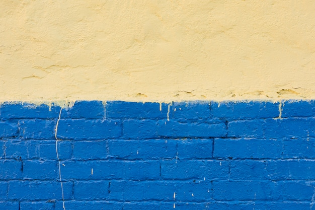Mur de ciment avec des briques peintes