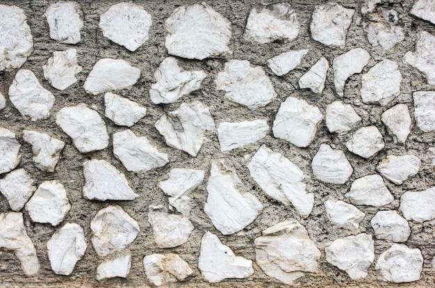 Mur de construction de pierres de forme irrégulière blanche