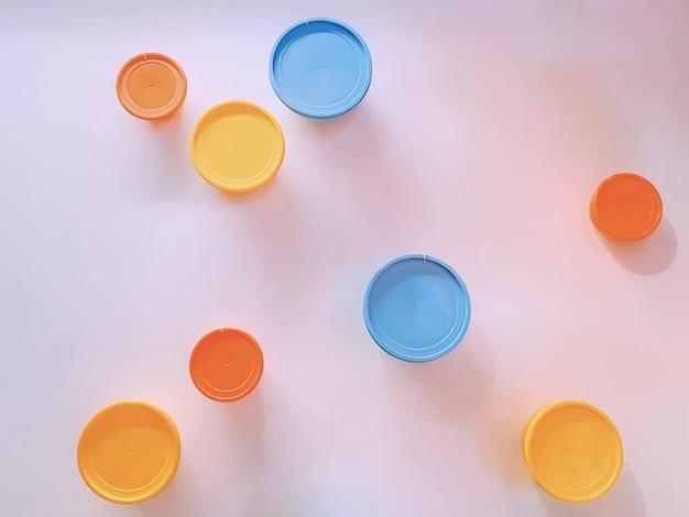 Mur décoré de couvercles colorés pour un bol circulaire