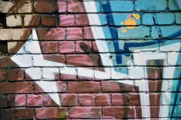 Mur décoré de graffitis abstraits colorés.