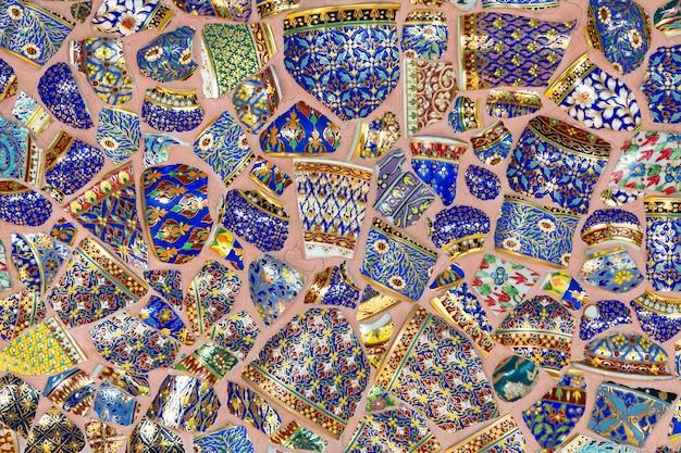 Le mur décoré de morceaux de benjarong thaï.