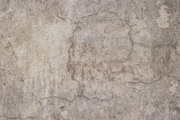 Mur délabré avec des fissures.