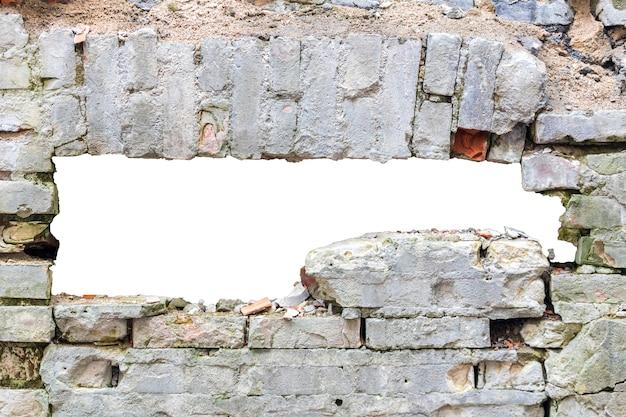 Mur détruit de vieilles briques avec un trou au milieu. isolé sur fond blanc. cadre grunge. cadre horizontal. photo de haute qualité