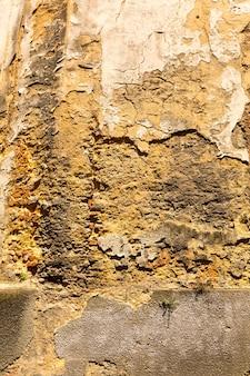 Le mur endommagé du vieux fond de bâtiment