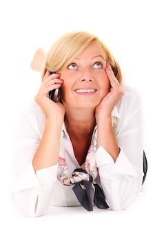 A, mûr femme, mensonge, et, parler téléphone, sur, fond blanc