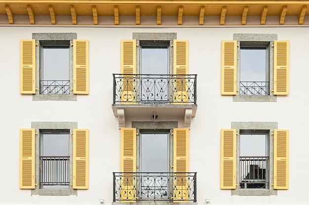 Mur avec des fenêtres à chamonix mont blanc