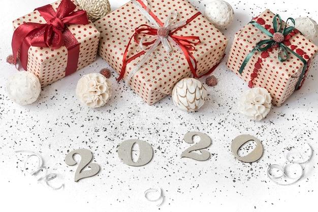 Mur de fête blanc nouvel an 2020 avec cadeau