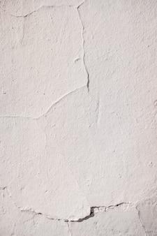 Mur avec des fissures éclairées par un soleil d'après-midi
