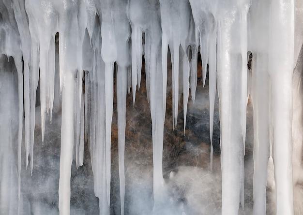 Mur de glace des glaçons sur le lac baïkal en hiver