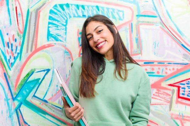 Mur de graffitis jeune jolie femme